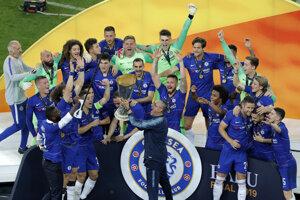 Tréner Chelsea Maurizio Sarri s trofejpu.