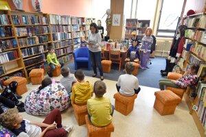 Deti zaujato počúvajú čítaný príbeh.