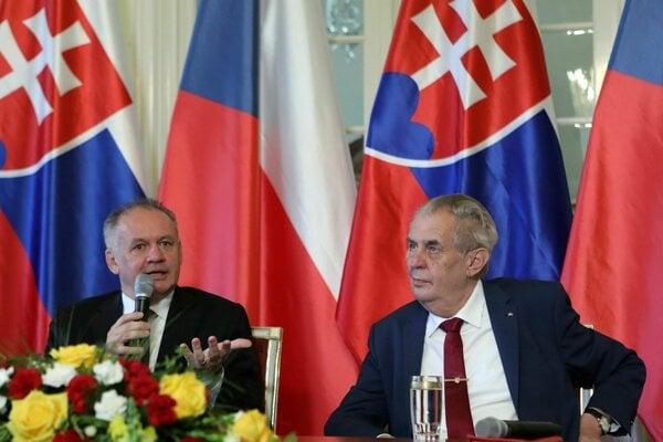 Zľava: Prezident SR Andrej Kiska a prezident ČR Miloš Zeman v prezidentskom zámku Lány.