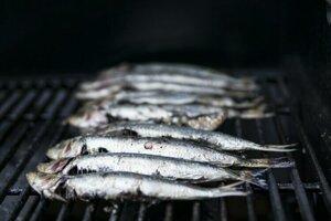 Dobrým zdrojom vápnika sú ryby, ktoré sa jedia s kosťou. Napríklad sardinky či ančovičky.