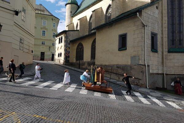 Herci prechádzali celým mestom.