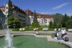 Hotel Thermia Palace na Kúpeľnom ostrove v deň otvorenia letnej kúpeľnej sezóny.