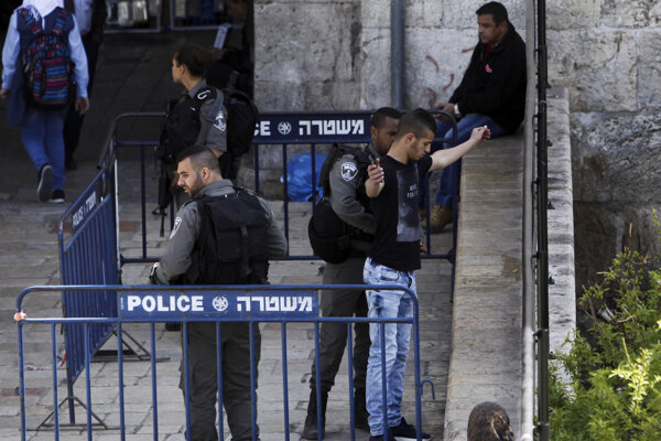 Izraelský policajt kontroluje Palestínčana.