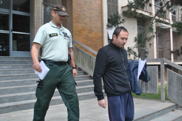 Nebojša v sprievode eskorty odchádza do väznice na Floriánskej ulici.