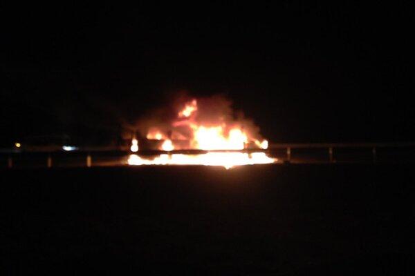 Veľká skupina mladých mužov ich obkľúčila a okradla a následne podpálila vozidlo.