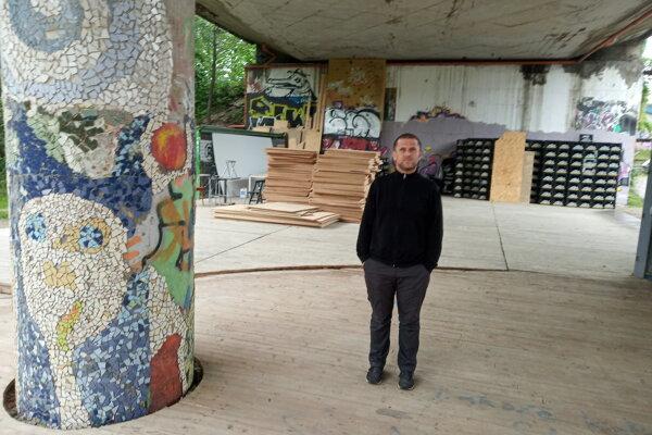 Marek Adamov stojí na mieste bývalej Sdvojky.