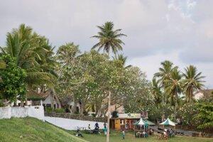 Srílančania radi vysedávajú v parkoch.