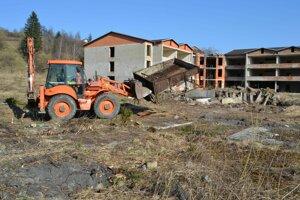 Mesto likvidovalo skládku odpadov, ktorá sa už dlhý čas vytvárala pri areáli nedostavanej školy.