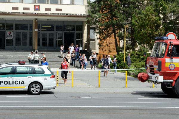 Zamestnanci a klienti museli budovu opustiť, policajti začali s prehliadkou interiéru.