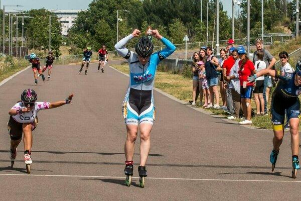 Mimoriadne tesný finiš maratónu v Londýne, Karabová (v strede) už vie, že víťazstvo jej neunikne.