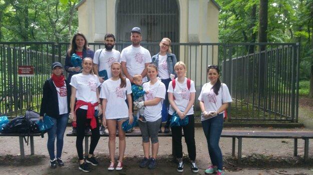 Skupina dobrovoľníkov sa chystá vyčistiť lesík na Strojárskej ulici v Petržalke.