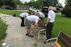 Dobrovoľníci v Hurbanove po úvodnej inštruktáži začínajú s obnovou detského ihriska.