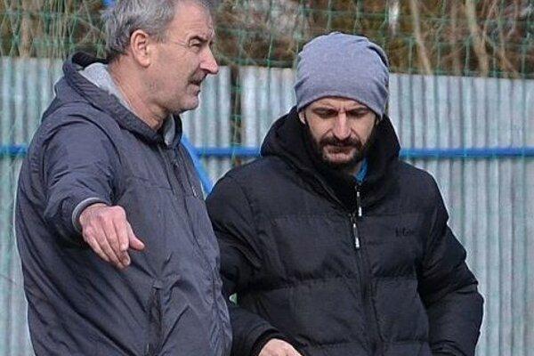 Tréner Vladimír Goffa (vľavo) s vedúcim mužstva Attilom Domíkom.