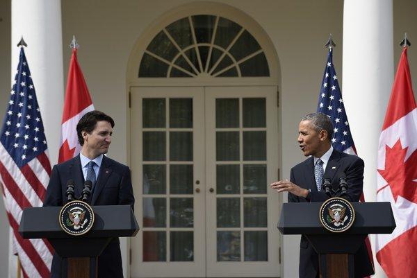 Na snímke vpravo americký prezident Barack Obama a vľavo kanadský premiér Justin Trudeau počas tlačovej konferencie v Bielom dome.