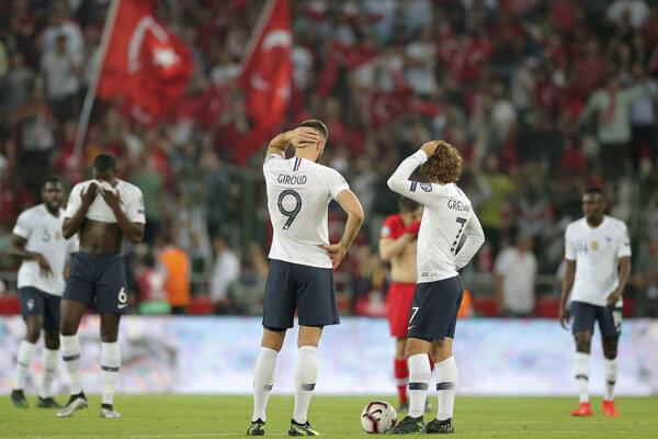 Olivier Giroud (9) a Antoine Griezmann (7) v zápase proti Turecku.