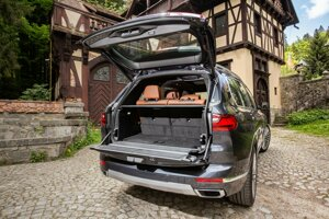 Kufor pri BMW X7 sa otvára podobne, ako pri Range Roveri.