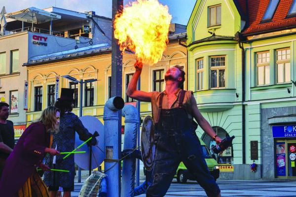 Súčasťou performance bola aj ohňová šou.