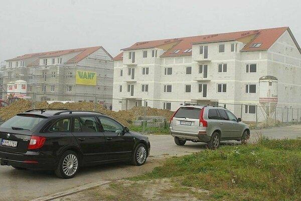 Počas výstavby nájomných bytoviek pri štadióne.