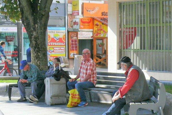 Jedno z tradičných stanovíšť ľudí bez domova je priestor okolo Jánošikovho súsošia.
