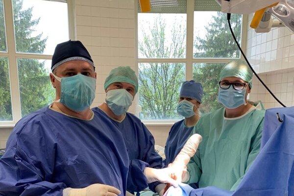 Lekári v Žiline úspešne implantovali totálnu endoprotézu lakťového kĺbu.