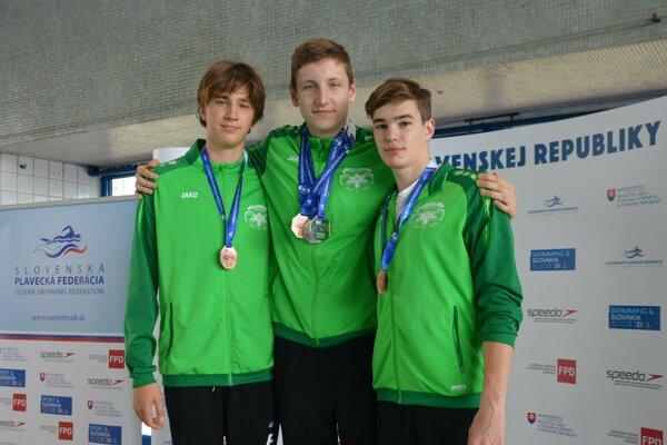 Trojica úspešných novozámockých plavcov na M-SR juniorov vBartislave zľava Matej Antalík, Boris Habrda aDávid Rosa.