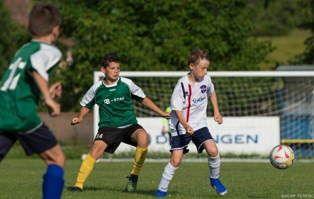 Futbalové myslenie Tomáša Chrenka (v bielom) bolo ozdobou priateľského zápasu.