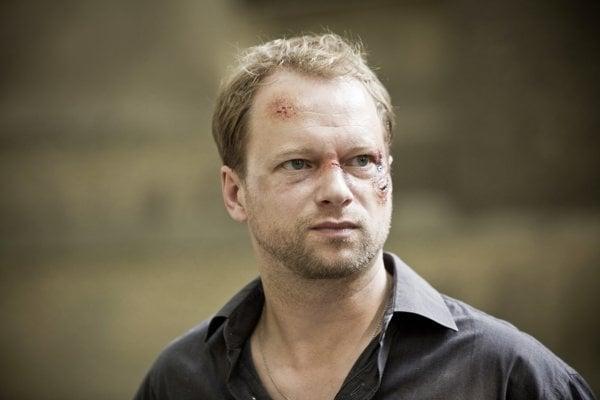 Maciej Stuhr si vpochmúrnej detektívke podľa knihy Dominiká Dána zahral vyšetrovateľa Krauza.