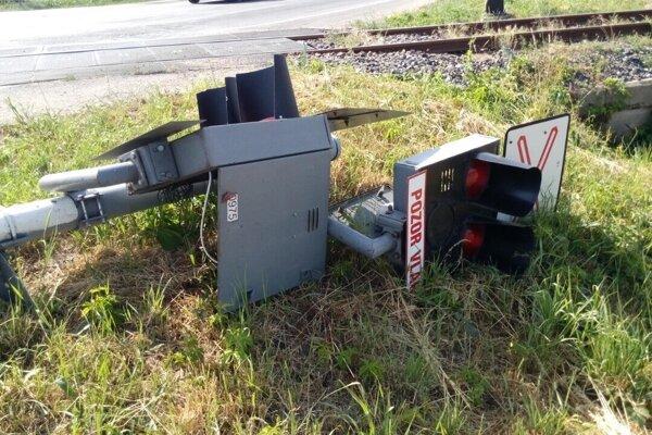 Kamión narazil do signalizačného zariadenia na Jurskej ceste v Leviciach.