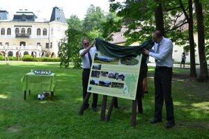Jaroslav Regec a Tomáš Klouček odhaľujú informačnú tabuľu.