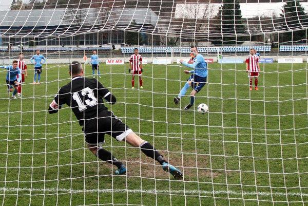 Po faule na Ivančíka si loptu zobral najmladší hráč mužstva a penaltu suverénne premenil.