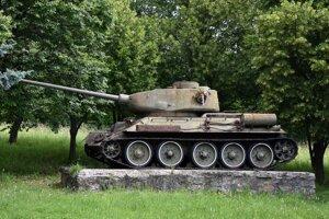 Na snímke sovietsky tank z 2. svetovej vojny ako pamätník ťažkých bojov o Dargovský priesmyk na výjazde z obce.