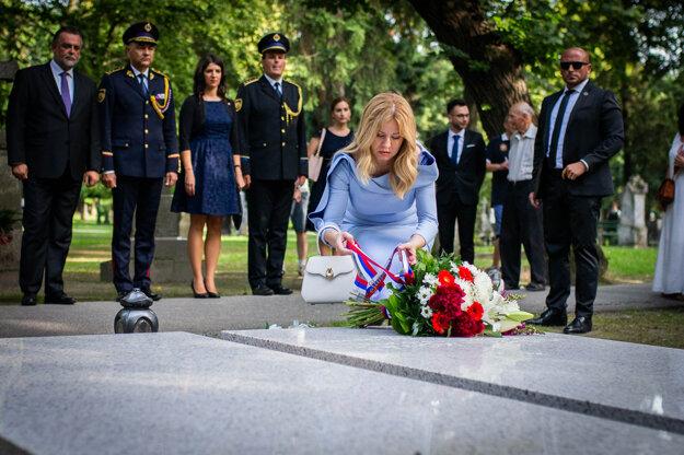 Čaputová kladie kyticu na hrob bývalého prezidenta Michala Kováča.