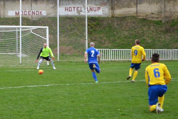Tomáš Bednár (č. 9) z Nevidzian strelil do močenskej siete štyri góly.