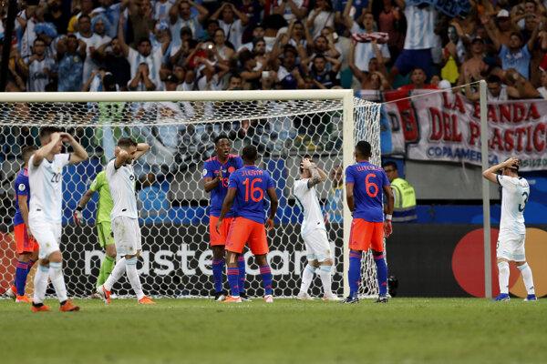 Hráči Kolumbie sa tešia po strelenom góle proti Agrentíne na Copa America 2019.