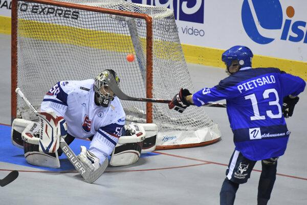 Slovenský brankár P. Polc (vľavo) bol oporou tímu aj v úvodnom stretnutí na MS proti Fínsku.