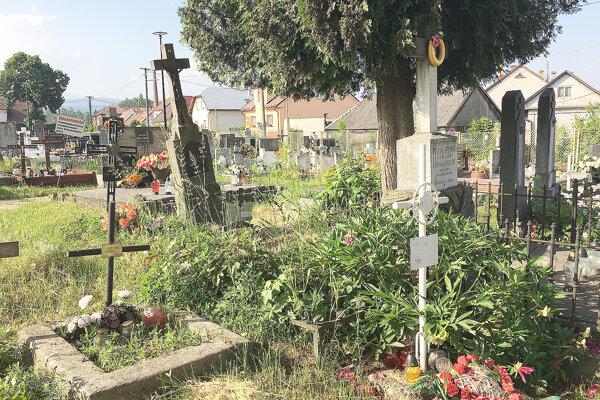 Na cintorínoch je veľa opustených hrobov.