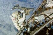 Na snímke z NASA americký astronaut Terry Virts inštaluje anténu počas svojho výstupu do vesmíru.
