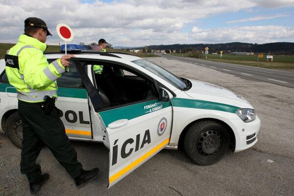 """Kontroly na cestách Žilinského kraja stále pokračujú. Vodiči napriek tomu neváhajú vyraziť do terénu """"pod parou""""."""