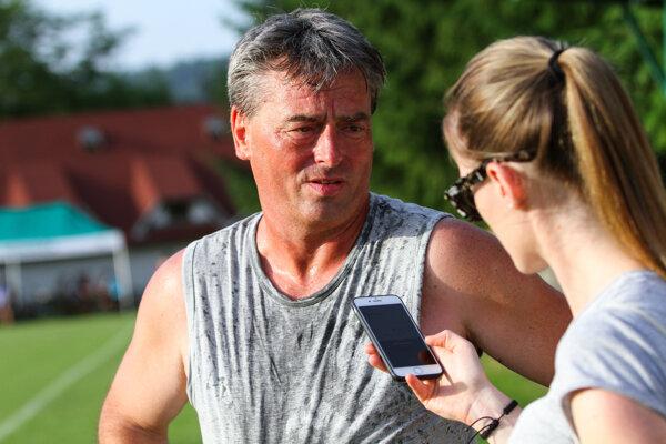 Dušan Martinček, prezident futbalového klubu v Gbeľanoch, sa po postupe nevyhol sprche šampanského od svojich hráčov.