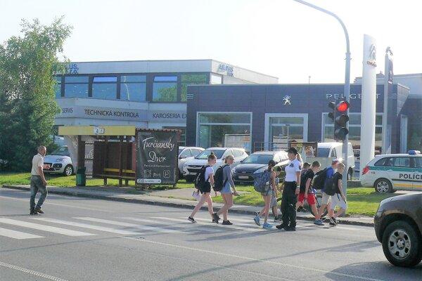 Zložitú situáciu v Košťanoch pomáhajú zmierňovať policajti.
