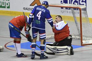 Slovenský reprezentant Peter Doskočil a český brankár Jan Šimara v zápase majstrovstiev sveta v hokejbale mužov Slovensko - Česko.