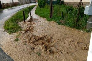 Kanál nestíha prívalovej vode.