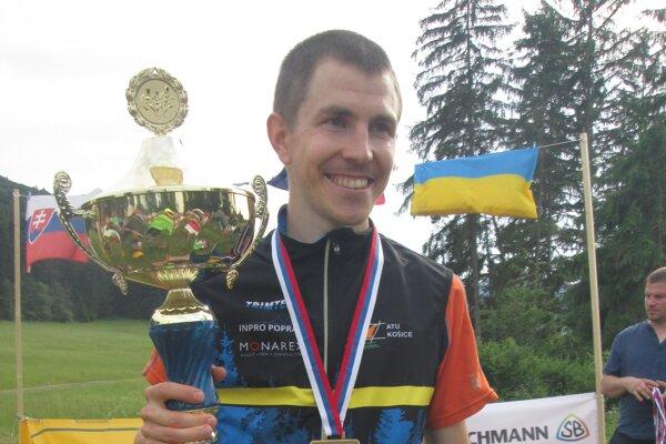 Michal Krajčík s víťazným pohárom.