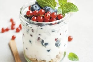 Nekupujte sladené jogurty. Väčšina priemyselne spracovaných jogurtov má v sebe takmer toľko cukru ako sladká tyčinka. Kupujte radšej biele jogurty a podľa potreby ich dosládzajte ovocím, medom,  džemom alebo prírodnými sirupmi.