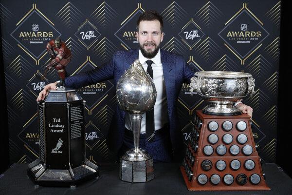 Nikita Kučerov s trofejami, Zľava Ted Lindsay Award, Hart Memorial Trophy a Art Ross Trophy.