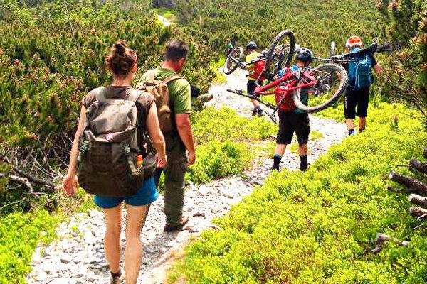 Poliaci si z hrebeňa Nízkych Tatier odniesli pokuty a bicykle na chrbtoch.