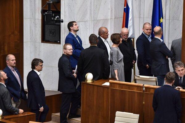 Na snímke poslanci NR SR počas tajnej voľby kandidátov Ústavného súdu na 46. schôdzi NR SR v Bratislave 20. júna 2019.
