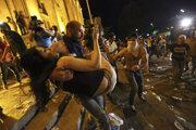 Demonštranti sa dostali až do parlamentu. Polícia sa snažila dav rozohnať.