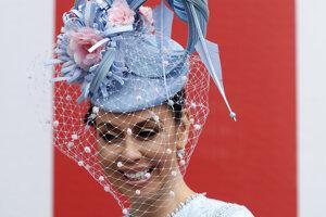 """Janelle Ihaia - návštevníčka Royal Ascot pózuje s klobúkom počas tretieho dňa, ktorý je """"Dňom dám""""."""