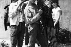 Fotografka Lucia Bartošová si získala dôveru punkerov a fotila ich uprostred totality.